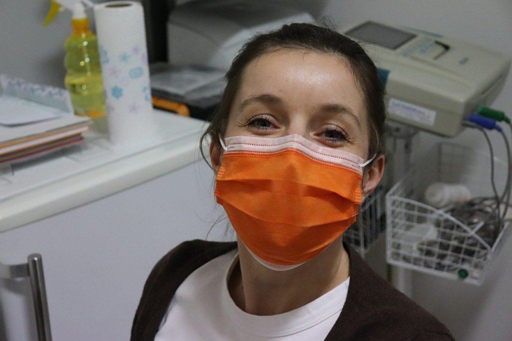 dona mascherine per operatori sanitari